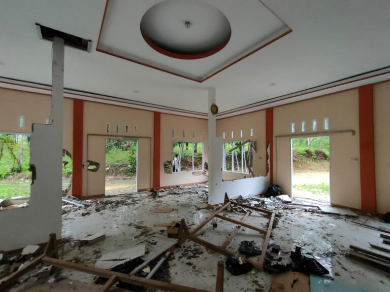 Persecution of Ahmadis in Indonesia: Mosque and buildings desecrated by 100-man mob despite police presence